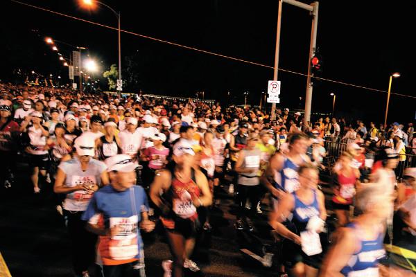 マラソン完走のためにやっておきたいスタート直前のコンパクトストレッチ【リラックス&ケガ予防】