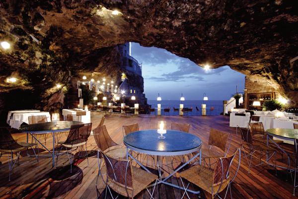 一生に一度は行きたい! アドリア海の絶景を望む、南イタリアの洞窟レストラン