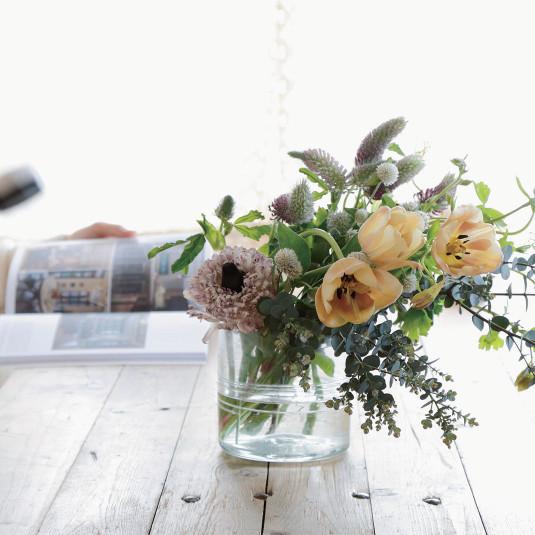気取らず、さりげなく。買って1週間楽しめる、花の飾り方アイデア