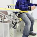 金沢工業大学と総合油圧機器メーカーのKYB 高齢者の着座・立ち上がりを支援する装置を共同開発