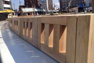 安らぎと温かみを感じさせる福井県産杉材を使用した駅前のベンチ