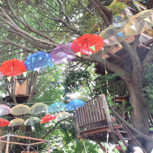 千葉市初! ツリーハウスの『椿森コムナ』に 100本のカラフルな『傘の森』が出現!
