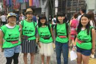 揺れないポーチ、SPIBELTを身に付けて中高生が渋谷で観光案内