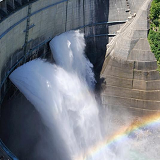 国内最大級のスケールと迫力! 黒部ダム観光放水がスタート