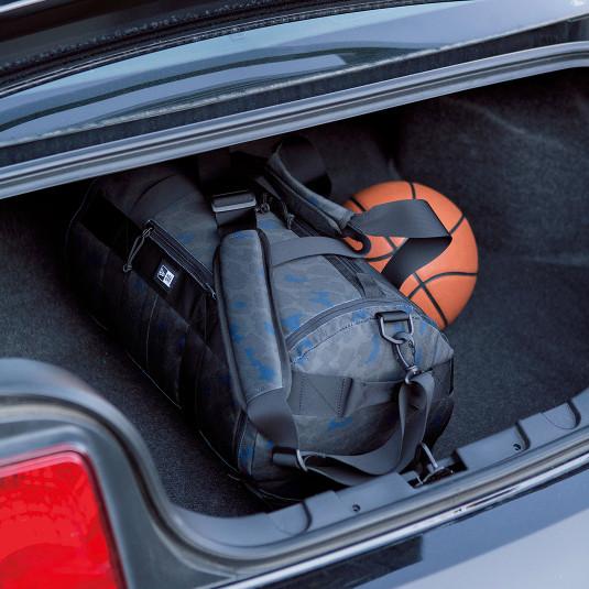 大量の荷物を収める筒状のダッフルバッグ