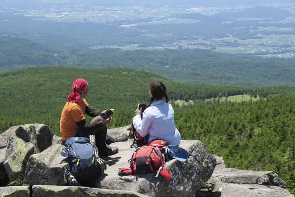 雄大な山の風景を撮るために、持っていくならこんなカメラが便利