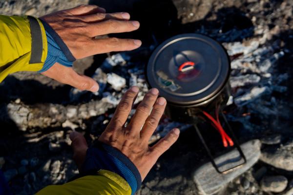 【山道具インプレッションVol.4】アラスカ名物の蚊も逃げていってしまった!? 虫が嫌がる「スコーロン」素材を使ったフーディ・ジャケット【by村石太郎/後編】