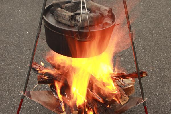 【新製品】ツーリング先でも火を楽しめる。焚き火台と焚き火用三脚が合体した『ライダーズファイアクレードル』発売