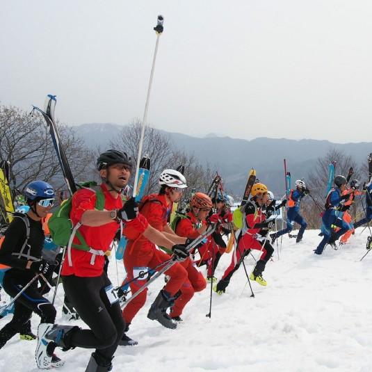 【イベント】トレイルランナーも続々参戦! 雪山を登って滑る『SKIMO』レース情報