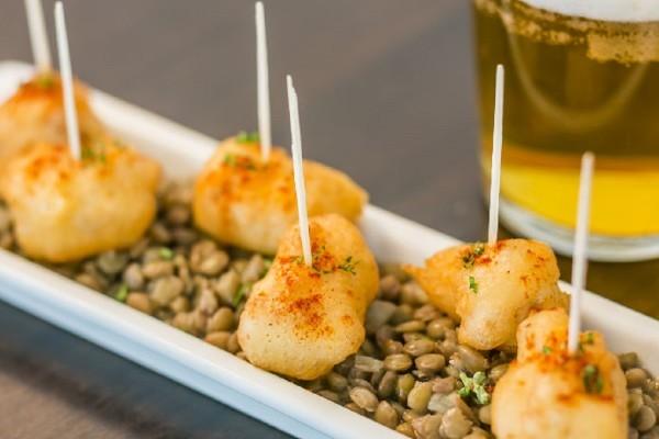 【プロが教える・呑んべえのひと皿】白身魚のフリット レンズ豆の煮込み添え