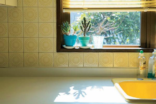 キッチンは「ベースの色」を決めれば、スッキリ見える! 賢いインテリア術
