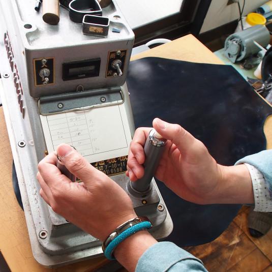 数ミリのズレも許されない手作業。メイドインジャパンの手帳はこうして作られる