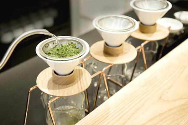 世界初、バリスタが目の前で日本茶をハンドドリップする日本茶専門店、誕生!