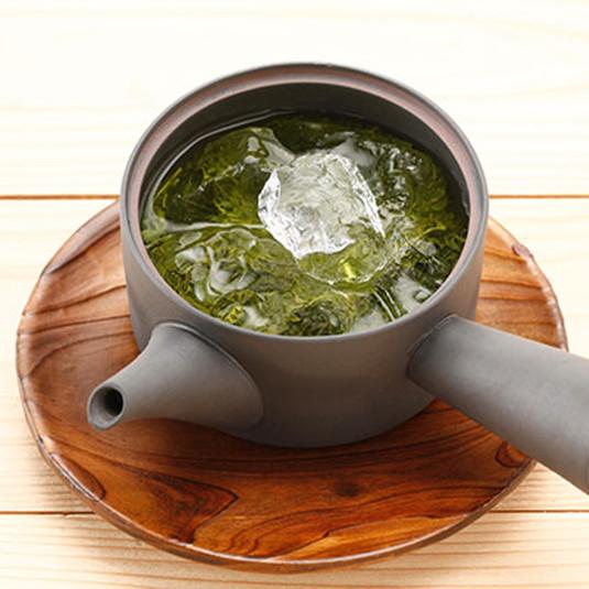 急須に直接「氷」を入れるとお茶の甘みがアップ! もっと美味しい冷茶の入れ方