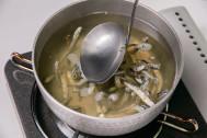 いつもの味噌汁が劇的に美味くなる! 煮干しダシは2時間煮込め