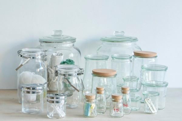 見せる収納には、ガラスボトルとジャーが大活躍!