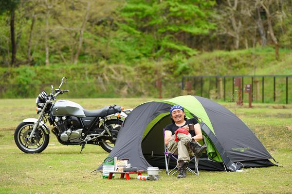 """「キャンプは不自由を楽しむ大人の""""遊び""""と""""たしなみ""""」。キャンプツーリングの達人・マヒトさんのバッグの中身"""