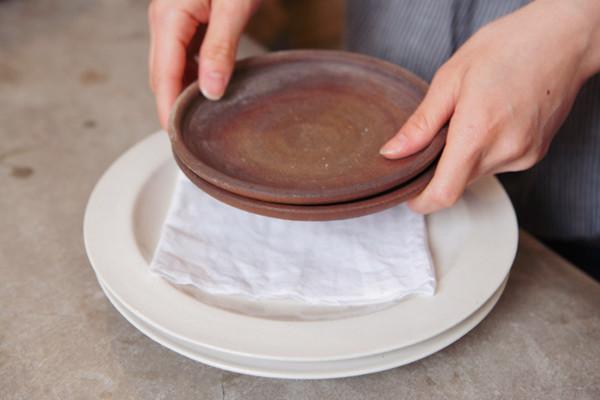 皿と皿の間に布巾