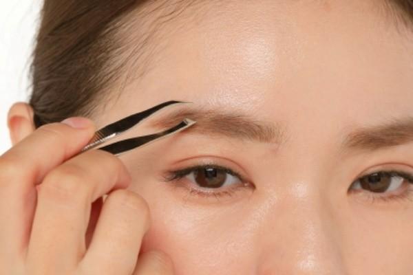 細眉や急角度の眉は老け顔の原因に。ナチュラルな眉毛で大人のかわいらしさを!