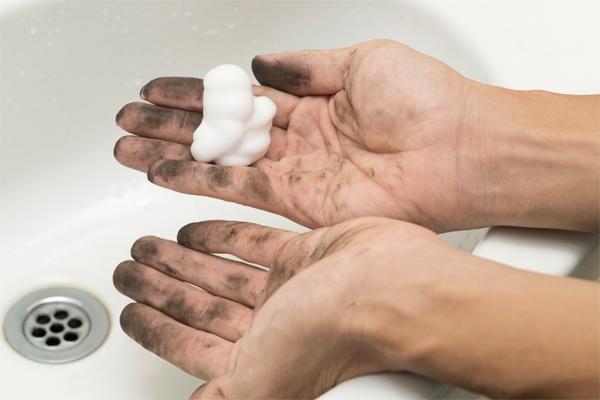 パンク修理でついてしまう黒い油汚れを劇的に落とせちゃうのは一体どれだ!