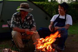 揺れる炎を見ながら本音をポロリ……。焚き火を安全・快適に楽しむ最新アウトドアギア
