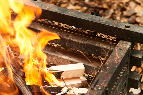 焚き火やBBQの必須スキル。火起こしの基本をマスターしよう!