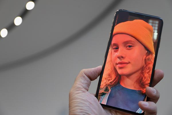iPhone XS Maxは意外と持ちやすい。XRはXS Maxより4万円安い!