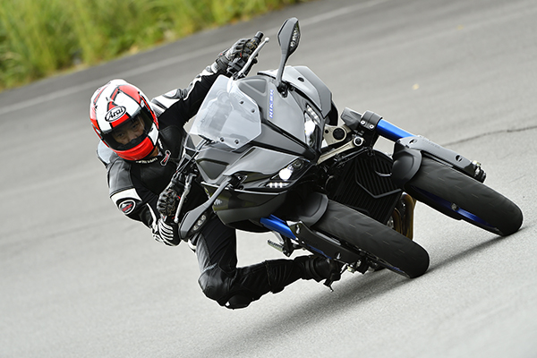ヤマハNIKEN初試乗(後編)――前2輪900ccの転ばないバイク、攻めるとどうなる?