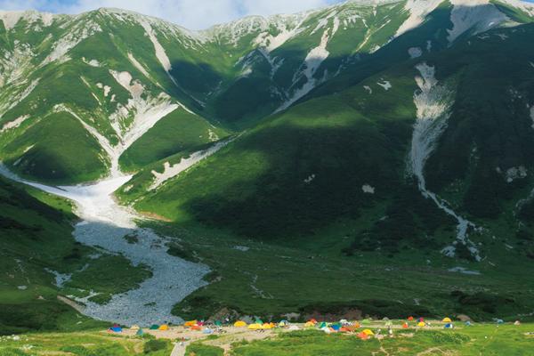 紅葉の絶景が目の前に! 秋のテント泊デビューはこの「山上テント場」で