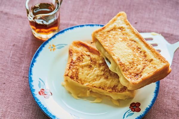 """とろり""""はみ出しチーズ""""がたまらないっ!寒い朝も気分があがる♡お手軽ホットサンド"""