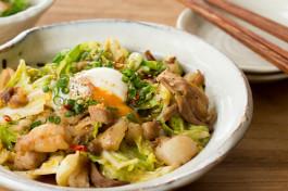 忙しい年末のお助けレシピ♪スピード勝負で激ウマ「キャベツと豚バラ肉の甘辛炒め 温泉卵のせ」