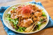 今週もおつかれさま♪お肉も野菜もたっぷり「豚のショウガ焼きのっけサラダ」