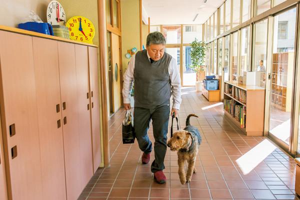 大きな犬を仲間に迎えた小学校。子どもたちが得た宝ものとは?